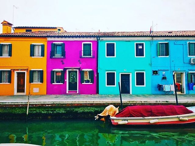 Location: Island of Burano, Italy🌍🇮🇹 #allthingsabroad #ata #abroad #abroadlife #lifeabroad #studyabroad #study #life #student #studentuniverse #travel #traveller #traveler #traveling #travelgram #travelphotography #italy #burano #colors #pink #orange #blue #water #italygram #italia #italian