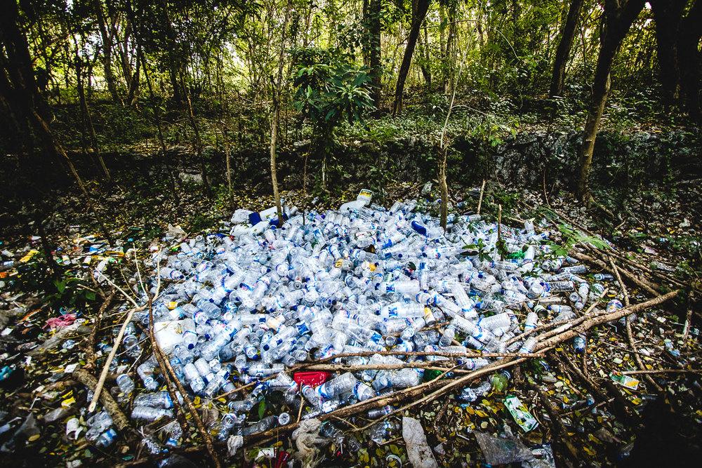 Balilla juodaan pullotettua vettä, eikä saarella ole pullojen palautusjärjestelmää. Siksi suurin osa muovipulloista päätyy ojiin ja metsiin. Ekohotelleissa ja ympäristötietoisissa ravintoloissa ja kahviloissa oman pullon voi täyttää vedellä paikan päällä.
