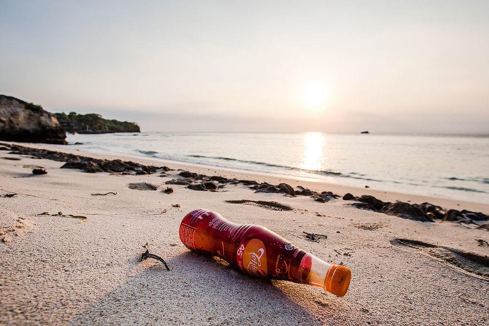 Nusa Lembonganin saarella, kallioiden takana, sijaitsee salainen paratiisiranta. Meri on kuljettanut sen rannoille muovijätettä.