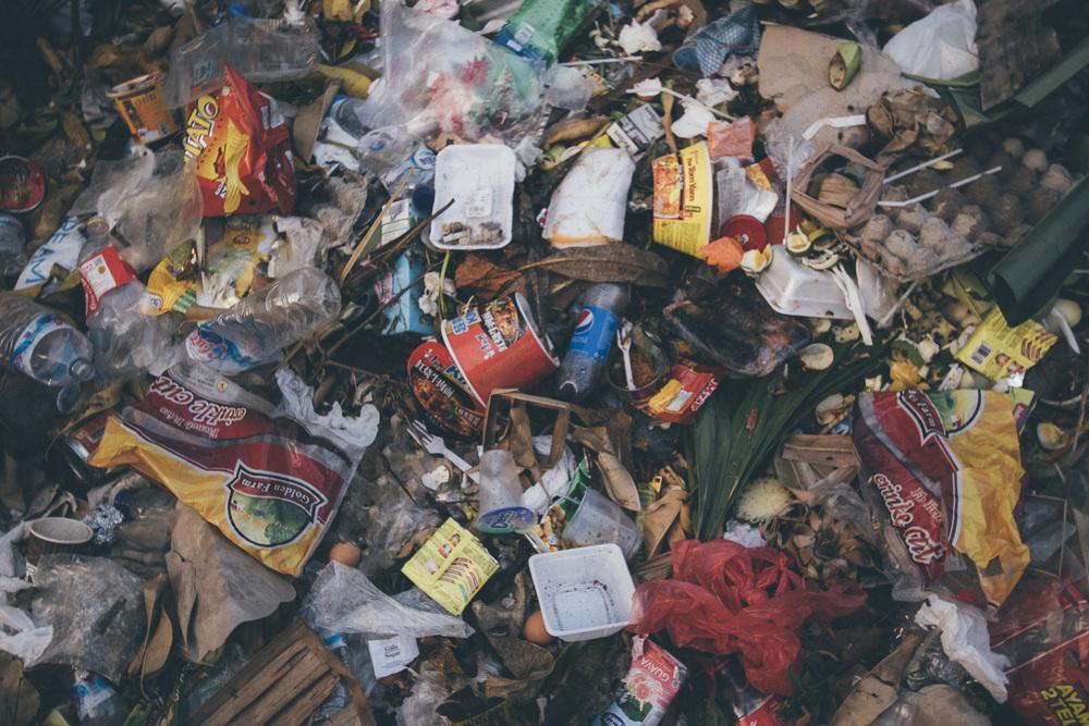 Tyypillinen näky balilaisella takapihalla. Kaikki jätteet heitetään samaan kasaan.