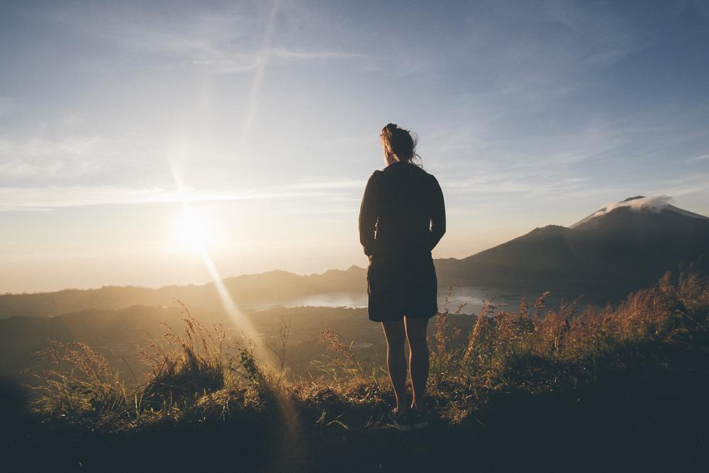 Kuvassa aurinko nousee Balin Mount Baturilla. Minä nousin viisi tuntia ennen aurinkoa, jotta pääsisin katsomaan sen tulemisen.
