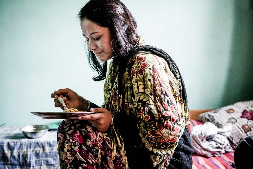 Sanita syö tyypillistä nepalilaista lounasta: riisiä, kukkakaalia, perunoita ja tietenkin mausteita.