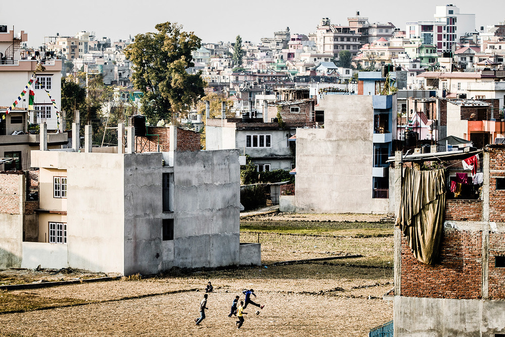 Jalkapallopeli Balkotissa, Maya Nepalin takapihalla.