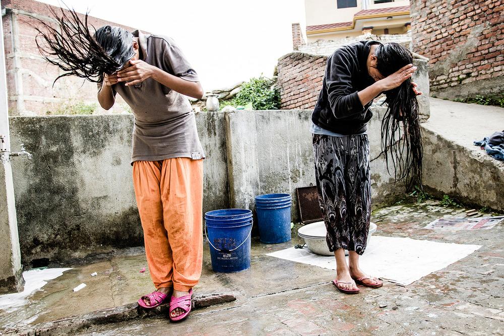 Hiukset pestään lauantaisin. Pesuvesi nostetaan kaivosta.