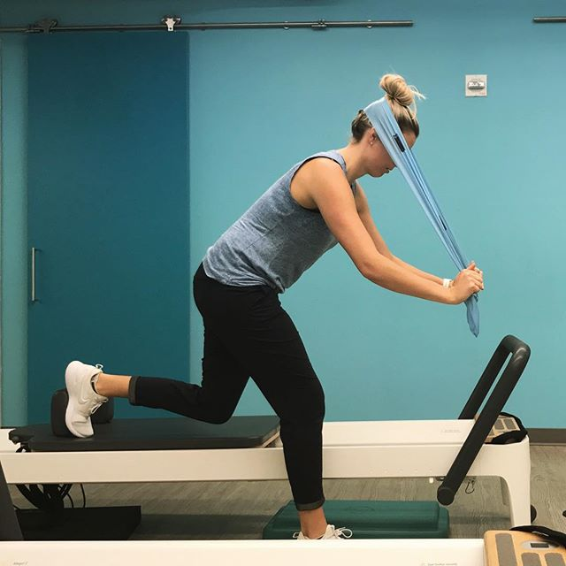 Preparing for the #levigranfondo metric century this weekend by building in neck control into my favourite scooter exercise #therapydiasf #physiotherapist #pilatesinstructor #functionaltraining #reformerpilates #neckstability