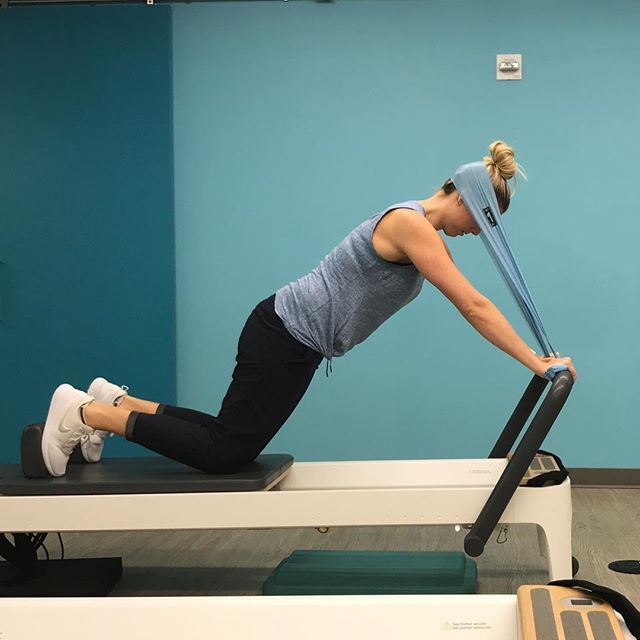 This one will train your entire spine. Quadruped low weight (1 blue spring) while maintaining thoracic and cervical positioning pilatesinstructor #functionaltraining #reformerpilates #neckstability