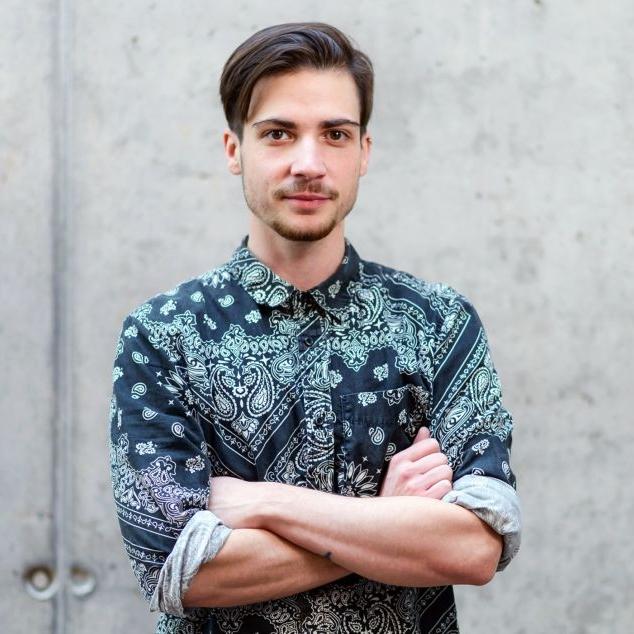 Damian - Damian je produkce-schopný kreativec, trans aktivista a blogger ze Slovenska žijící v Praze. Vystudoval FAMU a profesně se věnuje audiovizuální tvorbě, momentálně působí jako producent multimediálniho obsahu v Českém rozhlase.