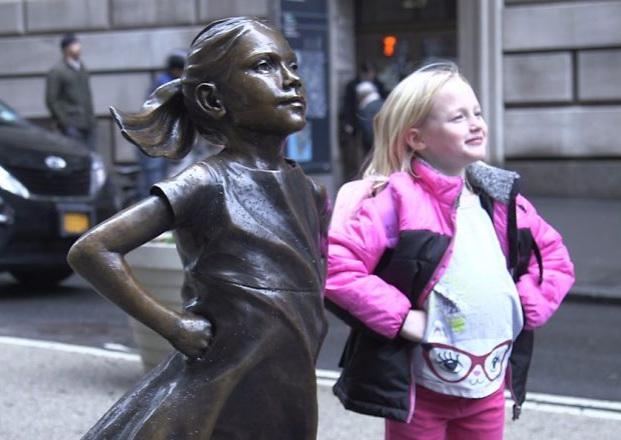 small-girl-faces-wall-street-bull-statue-1-58bff9db7f04e__880.jpg