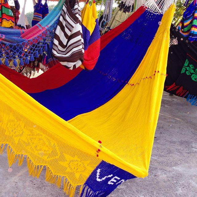 """En la Isla de Margarita se dice que Santa Ana es """"el pueblo de los chinchorros."""" Allí se producen estas piezas en casi todas las casas del lugar. Esta artesanía viene de tiempos remotos; cuando se tejían usando """"hilo criollo,"""" hecho de algodón cosechada en las haciendas de Tacarigua y Paraguachí. ¡Menciona a alguien quien ame su chinchorro!⠀⠀⠀⠀⠀⠀⠀⠀⠀ ⠀⠀⠀⠀⠀⠀⠀⠀⠀ ⠀⠀⠀⠀⠀⠀⠀⠀⠀ ⠀⠀⠀⠀⠀⠀⠀⠀⠀ ⠀⠀⠀⠀⠀⠀⠀⠀⠀ #IslaMargarita #Chichorro #ChinchorrosdeSantaAna #venezuela #venezuelan #venezuelalibre #VenezuelanFood #venezuelaes #VenezuelaForum #venezuelalucha #Venezuelangirl #venezolanosenelmundo  #venezueladice #VenezuelaLIKERS #VenezuelaTeQuiero #venezuelanpower #venezuelacreativa #venezobadass #llevotuluz #Venezuelanmodel #venezolana #venezueladesign #venezuelafood #venezuelafit #venezuelateamo #venezuelandesign #venezuelafotos #venezuelanblogger #VenezuelaQuiereCambio"""