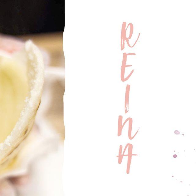 """¿Conoces la historia de la arepa más famosa de Venezuela?⠀⠀⠀⠀⠀⠀⠀⠀⠀ ⠀⠀⠀⠀⠀⠀⠀⠀⠀ Se cuenta que un trujillano llamado Heriberto Álvarez fue el creador de esta receta, junto con sus hermanos y su mamá.⠀⠀⠀⠀⠀⠀⠀⠀⠀ Al morir su papá, la familia se trasladó desde Trujillo para Caracas, en donde montaron un negocio de empanadas. Les fue tan bien que abrieron un segundo negocio, cerca de la Plaza Miranda, en donde comenzaron a vender sus primeras tostadas (como se le dice a la arepa rellena en Trujillo). ⠀⠀⠀⠀⠀⠀⠀⠀⠀ ⠀⠀⠀⠀⠀⠀⠀⠀⠀ Con el tiempo fueron creciendo, y ya para el año 1955 abrieron """"Los hermanos Álvarez"""" en La Gran Avenida. Ese año, Susana Dujim ganó el Miss Mundo y para rendirle homenaje, vistieron de reina a una de sus sobrinitas y la sentaron en un altarcito para que la gente la viera en el establecimiento. El papá de Susana, al ver esto, prometió llevarles a su hija para que se comiera una arepa en su establecimiento y, el viernes siguiente, se apareció con ella, tal y como lo prometió. ⠀⠀⠀⠀⠀⠀⠀⠀⠀ ⠀⠀⠀⠀⠀⠀⠀⠀⠀ Heriberto Álvarez le dio una tostada en sus manos y le dijo: """"Mire esta Reina, así como lo es usted"""". A lo que ella respondió """"Muchas gracias mijo"""" y se la comió con un juguito. Y, como en esa época a las mujeres de buenas curvas como Susana se les llamaba """"pepeadas"""", le pusieron ese apellido a la arepa. Nuestra famosa #ReinaPepiada. 🇻🇪✨ ⠀⠀⠀⠀⠀⠀⠀⠀⠀ ⠀⠀⠀⠀⠀⠀⠀⠀⠀ ⠀⠀⠀⠀⠀⠀⠀⠀⠀ ⠀⠀⠀⠀⠀⠀⠀⠀⠀ ⠀⠀⠀⠀⠀⠀⠀⠀⠀ ⠀⠀⠀⠀⠀⠀⠀⠀⠀ ⠀⠀⠀⠀⠀⠀⠀⠀⠀ ⠀⠀⠀⠀⠀⠀⠀⠀⠀ #llevotuluz #venezuela #venezolana #venezobadass #mujer #mujervenezolana #venezuelan #venezuelanwomen #womenpower #caracas #maracaibo #margarita #caribe #caribena #tropical #powerful #united #beautiful #strong #strongertogether #love #sisterhood #venezuelanpower #ahoraonunca"""