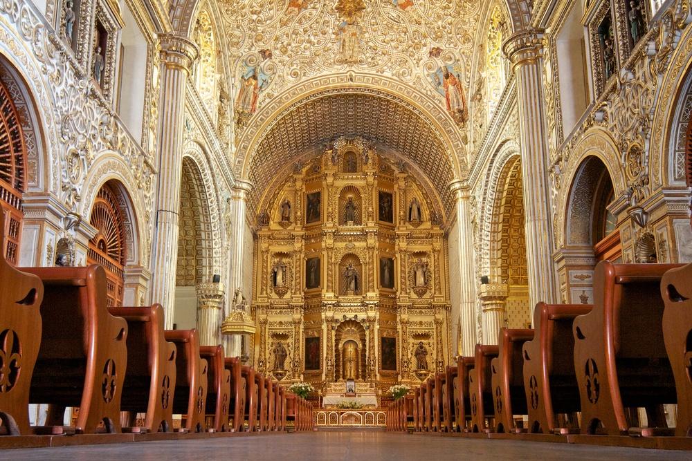 Grand altar of adjacent Templo de Santo Domingo