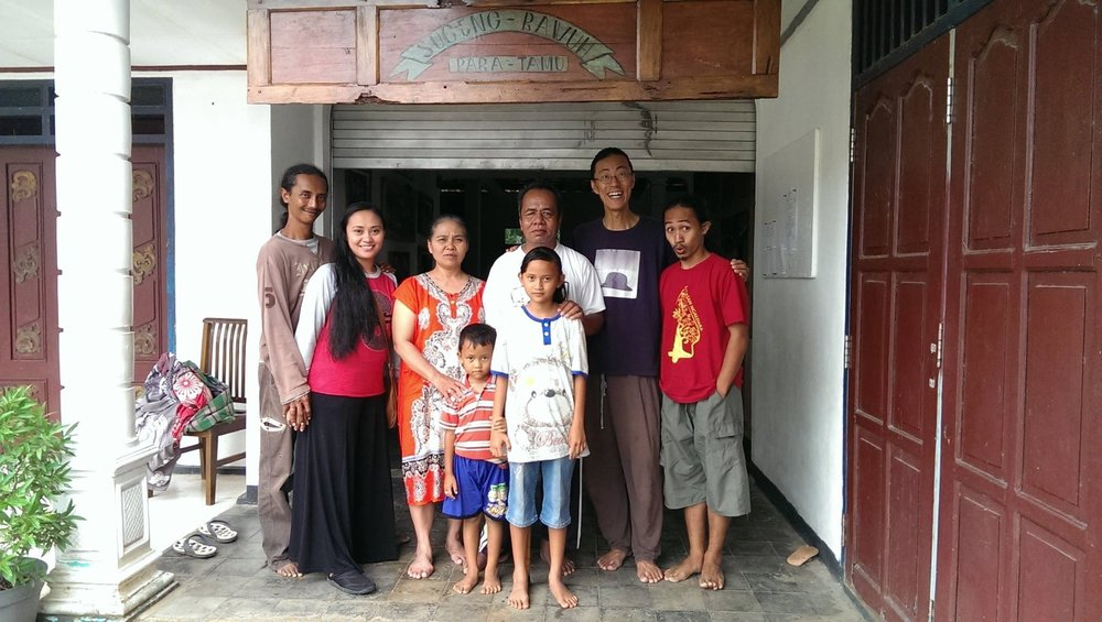 Agung Gunawan and Deaslina da Ary with their family in Pelem