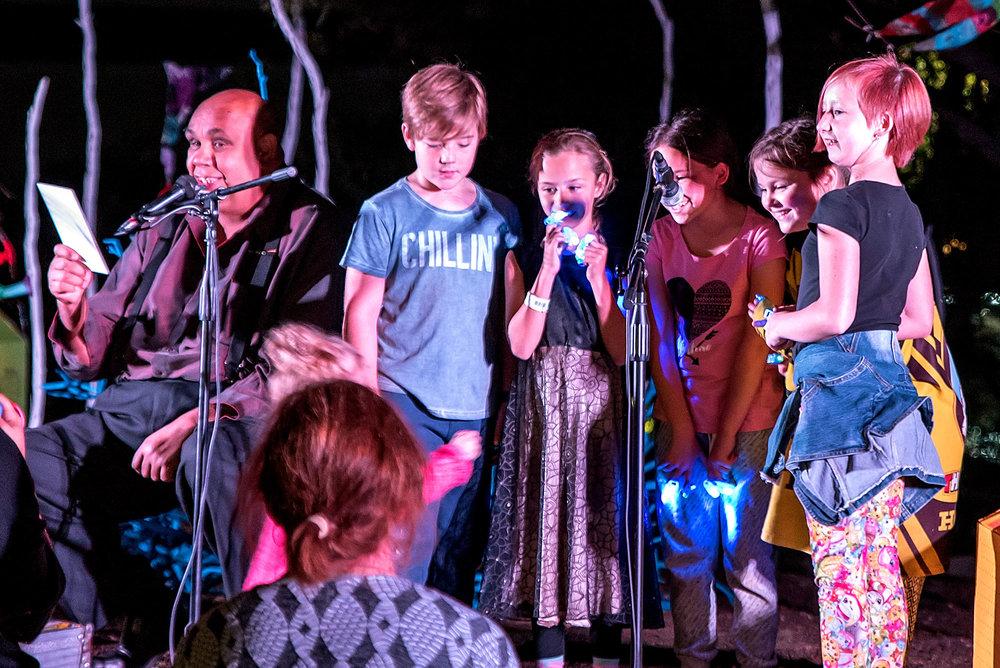 6.-Kutcha-Edwards-and-Primary-school-choir_Anna-Carson-SMALL.jpg