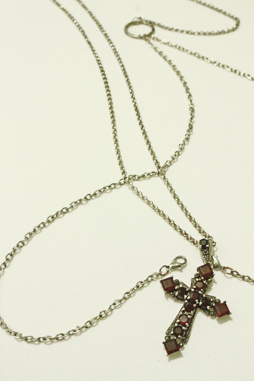 body_chain_garnet_silver_cross