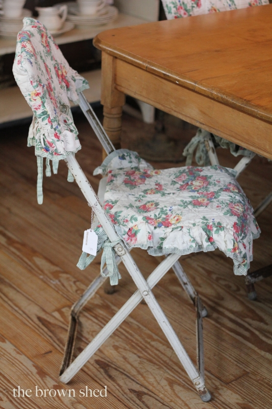 set of folding chairs with simple slips