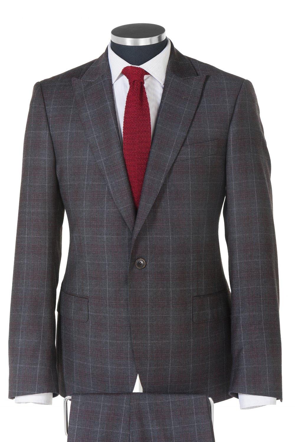 CHECK IT! - Trotz der steigenden Beliebtheit von legerer Kleidung auch im Business‐Bereich, ist ein guter Anzug immer noch der Dreh‐ und Angelpunkt der Garderobe vieler Männer. Ungezwungener als ein Anzug, aber formeller und eleganter als ein legeres Oberteil ist das massgeschneiderte Sakko immer eine vielseitige Komponente im Kleiderschrank eines Mannes.