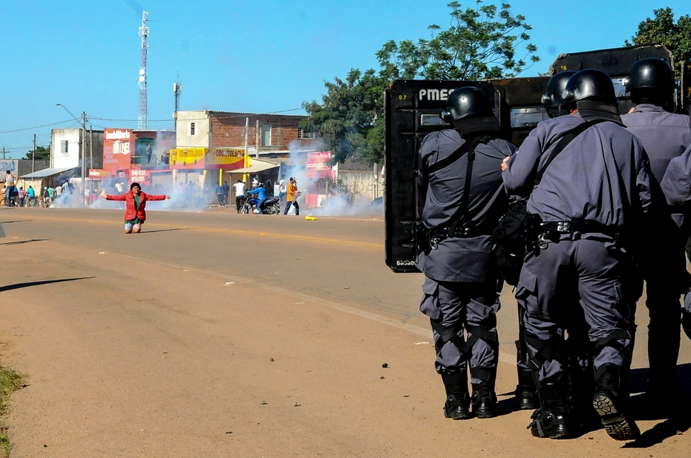 Battle between police and people who are being forced to leave their houses; Brazil. @Erica Dezonne / All rights reserved