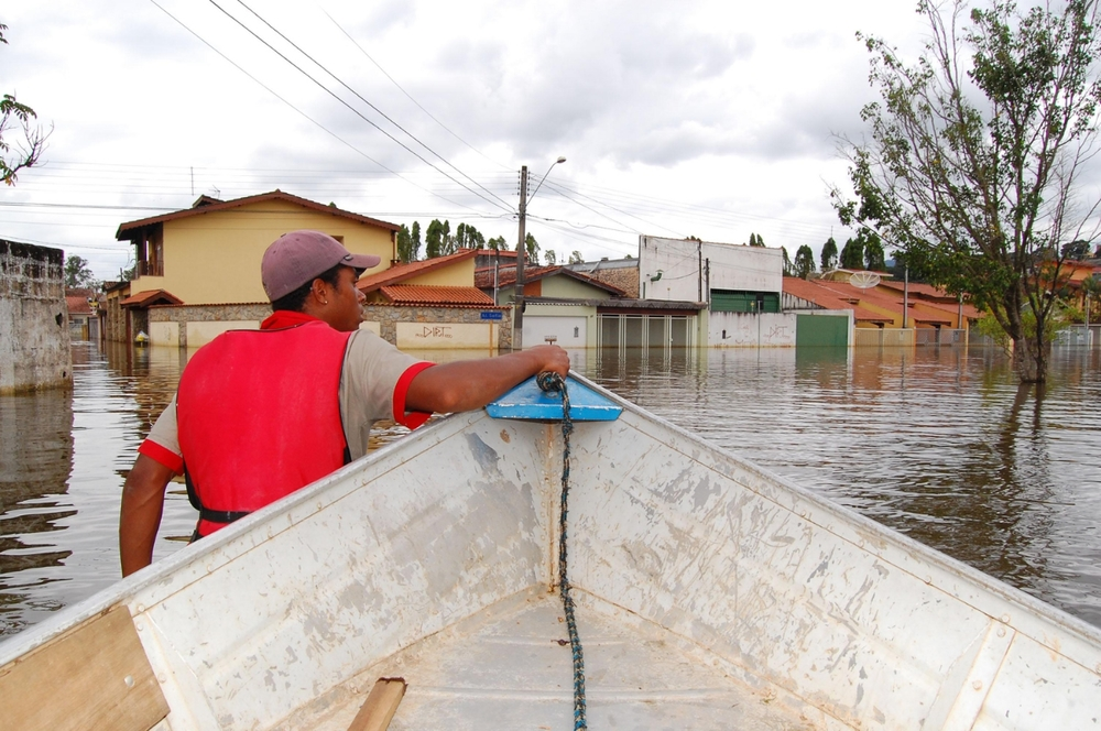 Firemen rescuingpeople aftera river flood; Brazil. ©Erica Dezonne / All rights reserved