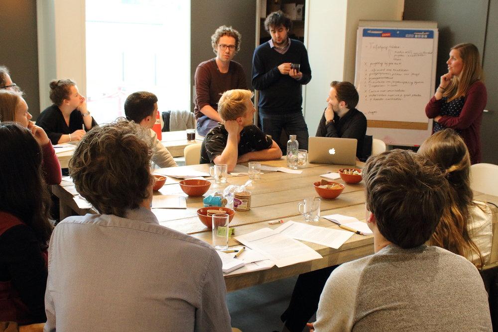 PvdA-raadsleden Marc Newsome en Martijn Otten in gesprek met de jongerenambassadeurs van King for a Day. Foto: Anna Lakmaker