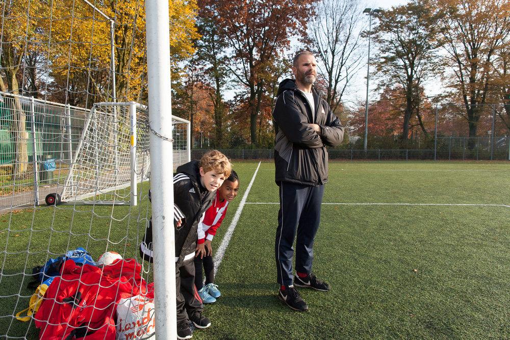 Alex Klusman langs het voetbalveld. (Foto: Jorn van Eck)