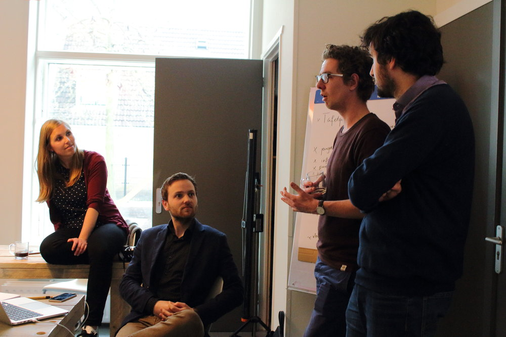 Duo-raadslid Marc Newsome (tweede van rechts) vertelt over de gemeenteraad aan de jongerenambassadeurs van King for a Day (Foto Anna Lakmaker).