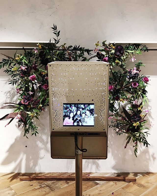 The sleekest, most modern, sexiest photo booth around! 🎶 Baby Got Back! 🎶 #tomfooleryphotobooth - Florals by @vennfloral