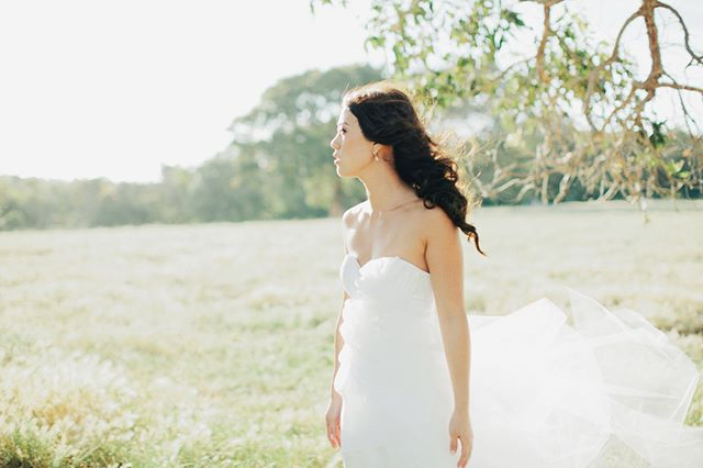 We love a good bridal portrait in the natural environment like this one by @sammblakeweddings