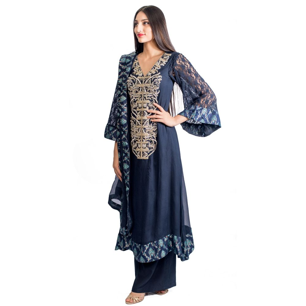 This 3 piece Jannat and Sadaf creation is beautiful and extremely comfy. There is a heavy silver work of stones and sequin running from the neck to the torso. There is lace work at the border of the kurta, sleeves and dupatta.