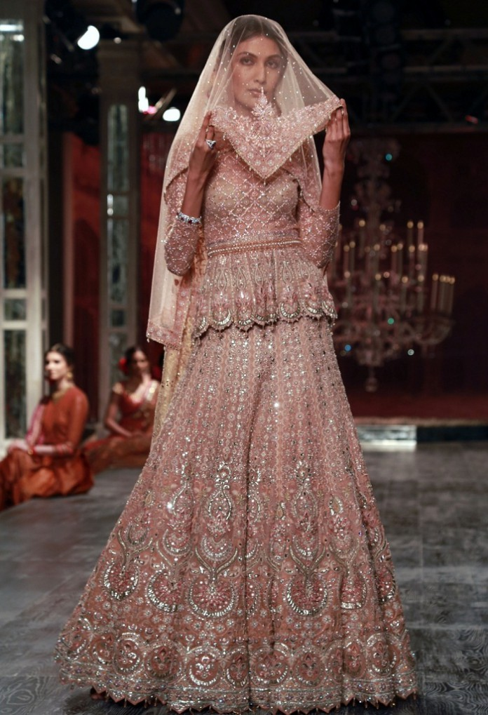 India_Couture_Week_2016_Tarun_Tahiliani_4-696x1019.jpg