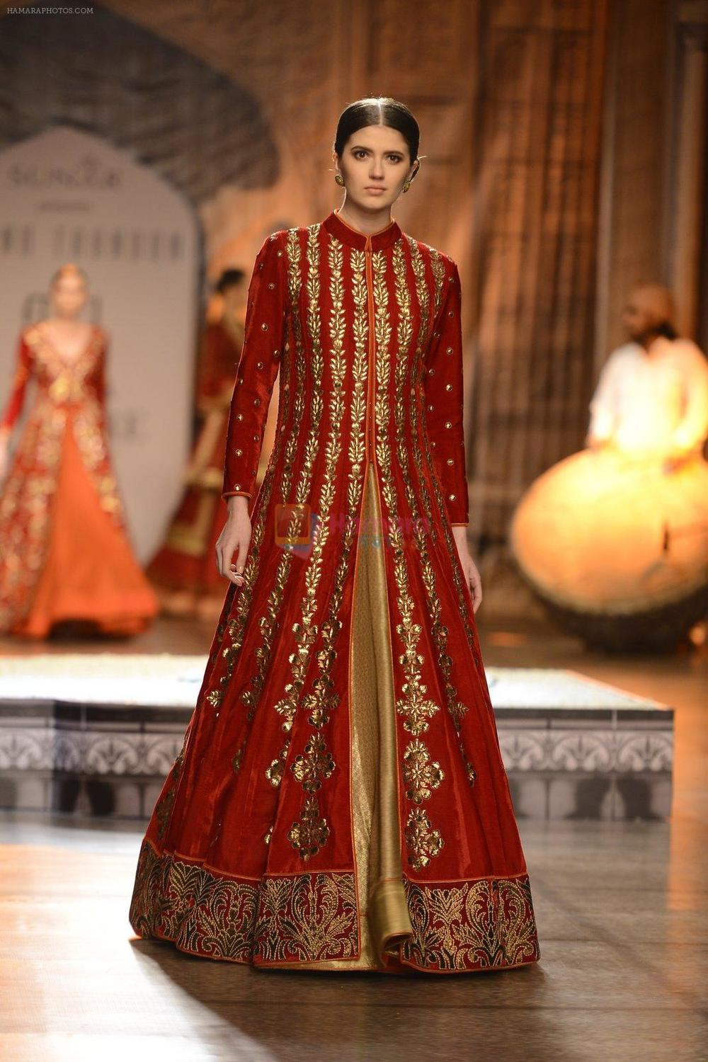 hpse_fullsize__3162992819_Models Walk the ramp for Reynu Taandon at the FDCI India Couture Week 2016 (36)_57922beb5ef63.JPG