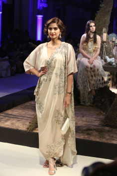 collection-by-designer-anamika-khanna-fdci-india-couture-week-2016-1.jpg