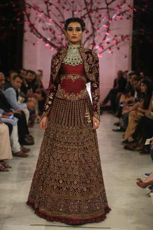 kehkashaan-by-rohit-bal-fdci-india-couture-week-2016-16.jpg
