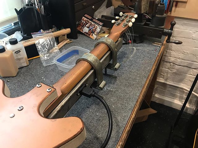 This what happened to the last guitar that crossed me.. eight hours clamped to the hot bar! That'll straighten it out.  #lutherie#guitarrepair#instrumentrepair#repair#woodworking#guitartech#guitarsofinstagram#whatsonyourbench#luthier#oldworld#vintageguitar#relic#restroration#fenderguitar#danelectro#baritone#brokenguitar#oldschool#baritoneguitar