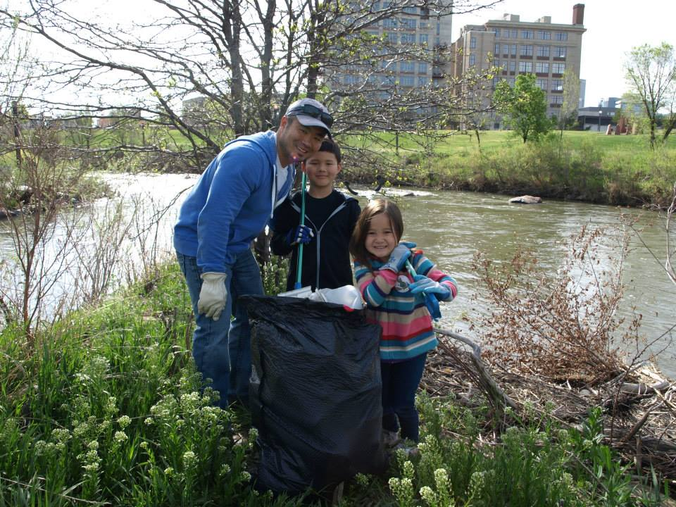 Volunteers participating in the Greenway Foundation Spring CH2M RiverSweep 2015.