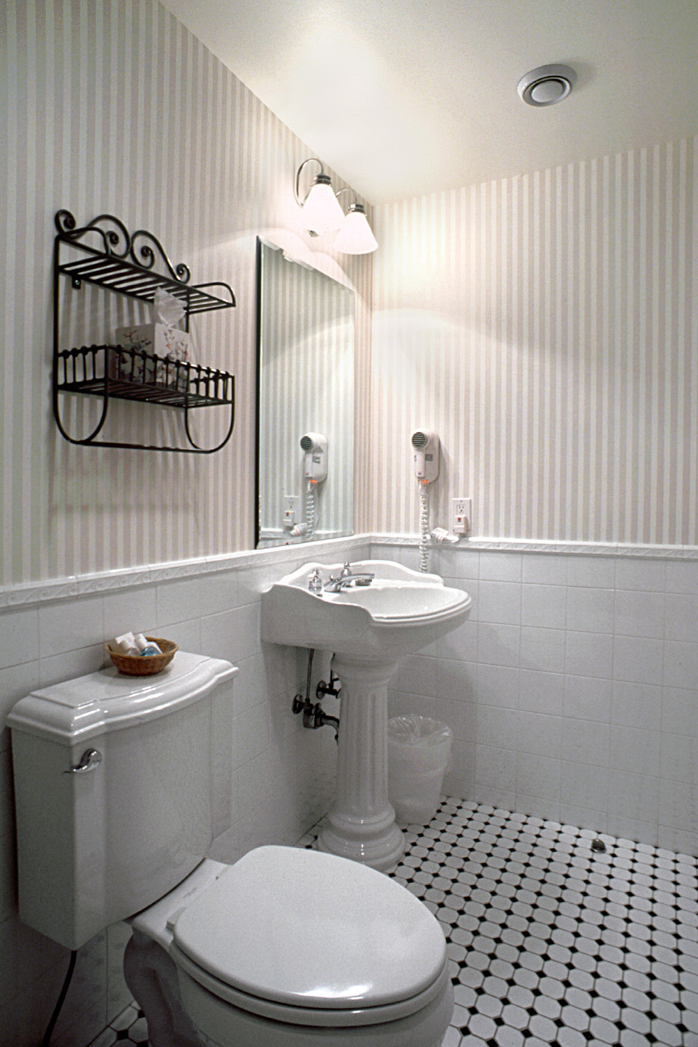Tobin Parnes Design. Southhamton Inn. NY. Hospitality Design. Bathroom. White Interiors.
