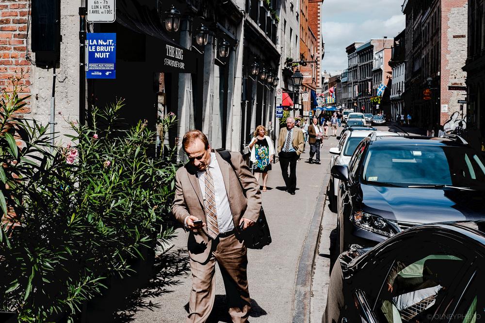 OLNEY-Passant Vieux-Montréal street photography OLNEY Photographe Sherbrooke