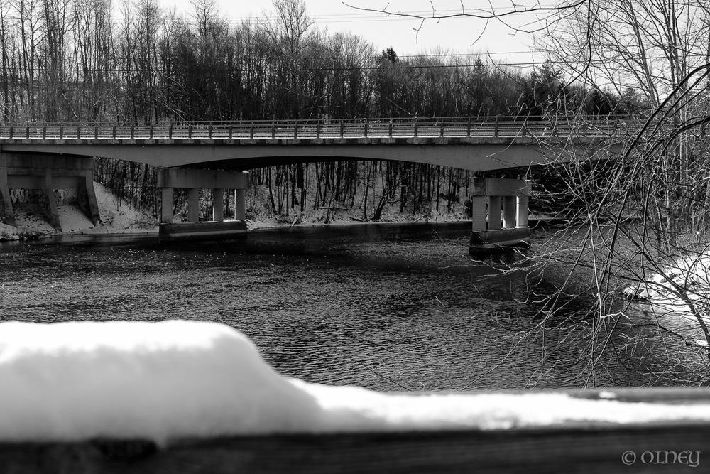Pont et rivière de Sherbrooke en noir et blanc OLNEY Photographe
