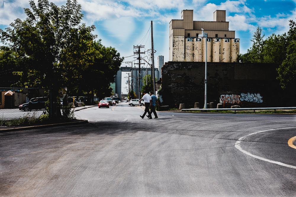 Passants dans le quartier du port de Montréal en Classic Chrome OLNEY Photographe Sherbrooke