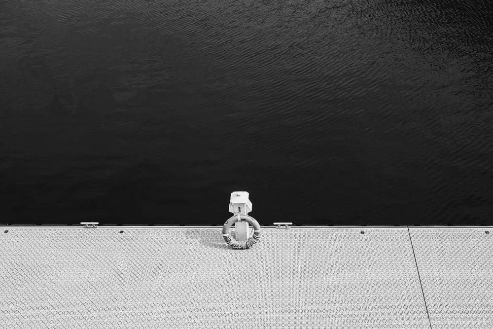 Petit quai du Port de Montreal en noir et blanc photographie de rue olney photographe sherbrooke