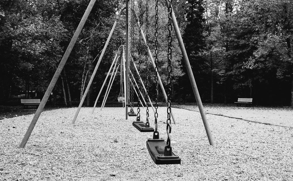 Games are over - abandonned swings street photography OLNEY Photographe Sherbrooke