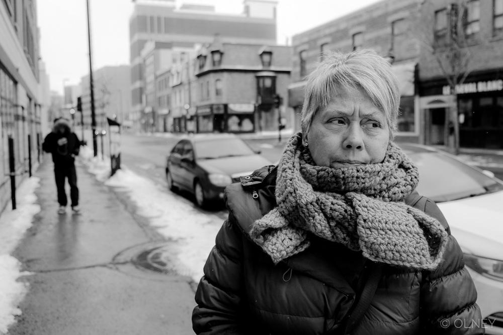 Femme mûre attendant sur la rue à Montréal QC en noir et blanc photographie de rue olney photographe sherbrooke