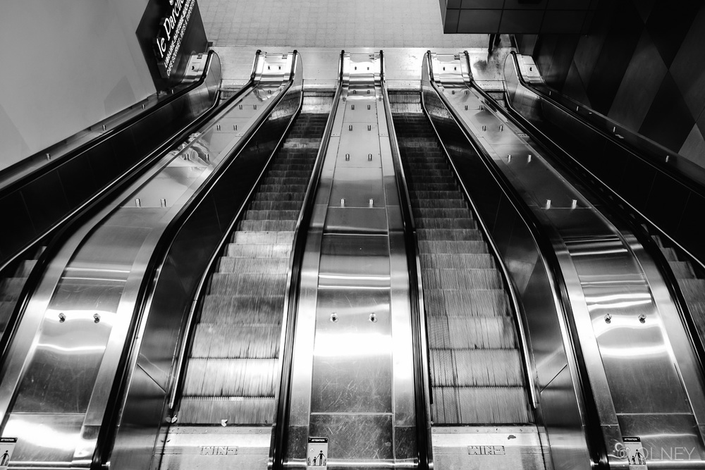 Montreal metro escalator in black and white photographie de rue olney photographe sherbrooke