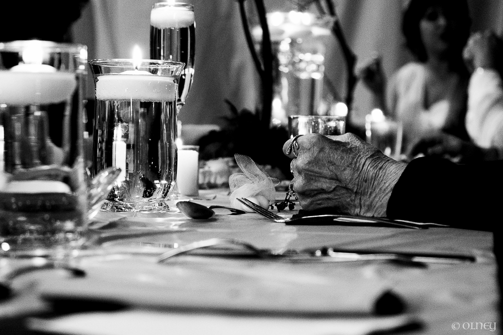 Wedding table and an old laidy's hand olney photographe sherbrooke