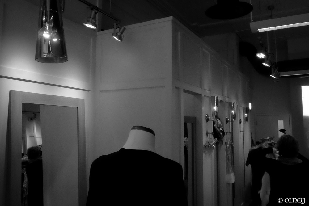 Clothing shop interior in black and white photographie de rue olney photographe sherbrooke
