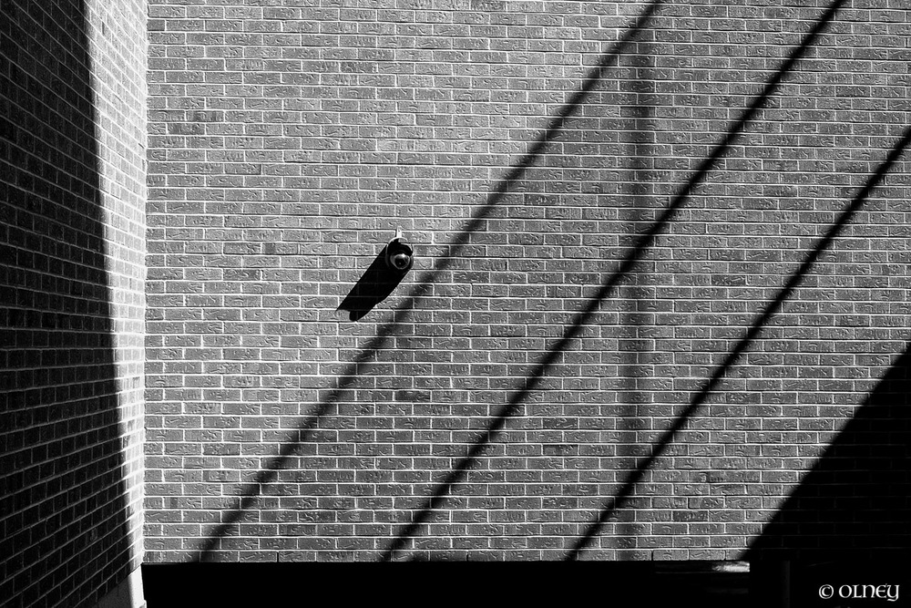 Shadows on a building wall photographie de rue olney photographe sherbrooke