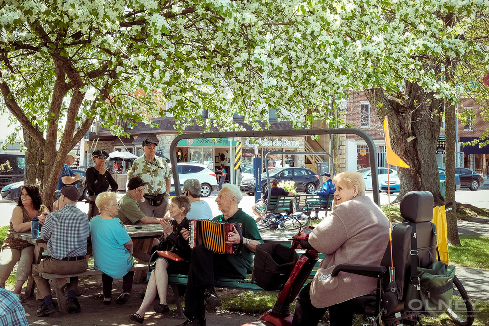 People listening to the music in Magog QC in colors street photography olney photographe sherbrooke