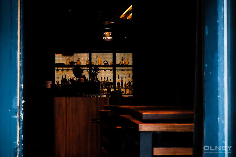 Peeking inside a bar montreal street photography olney photographe sherbrooke