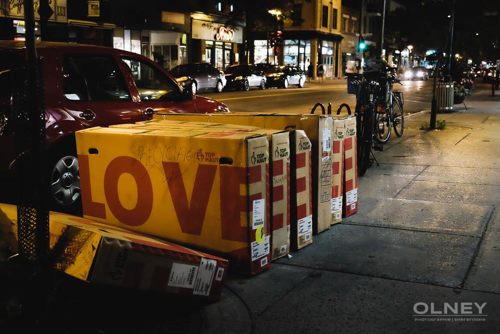 boîtes alignées sur la rue love photographie de rue olney photographe sherbrooke