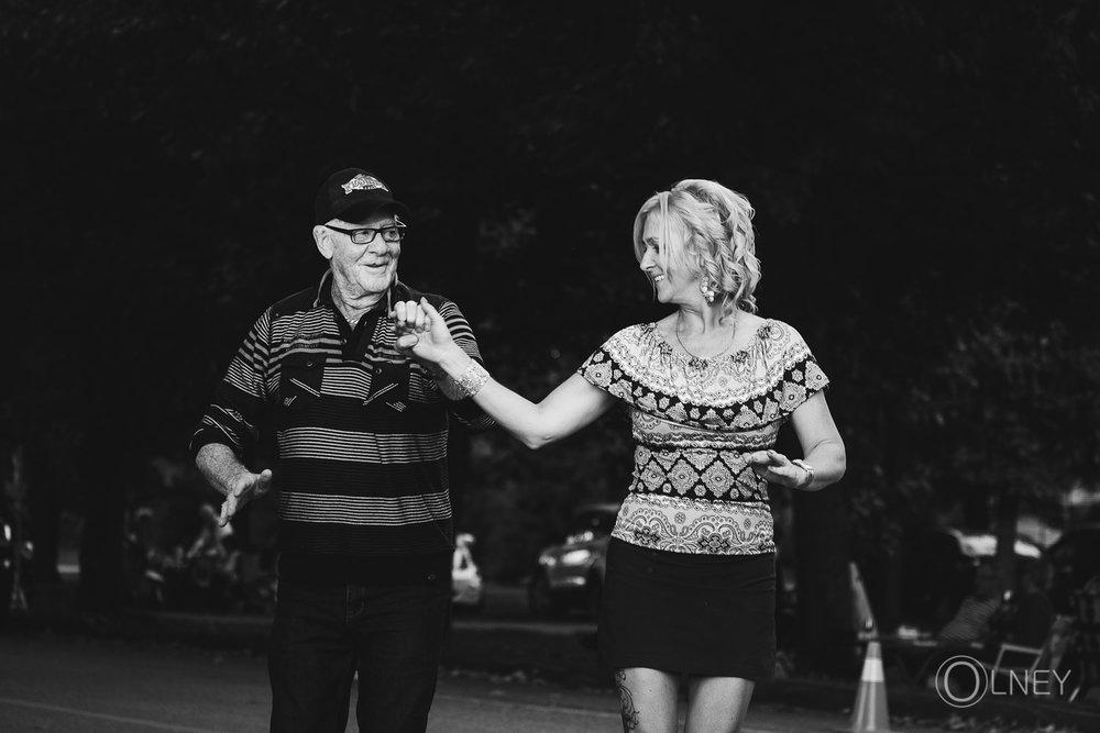 couple improvisé dansant dans la rue à Ste-Élizabeth-de-Warwick