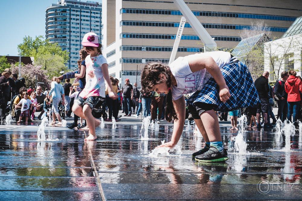 Enfants jouant sur la Place des festivals de Montréal